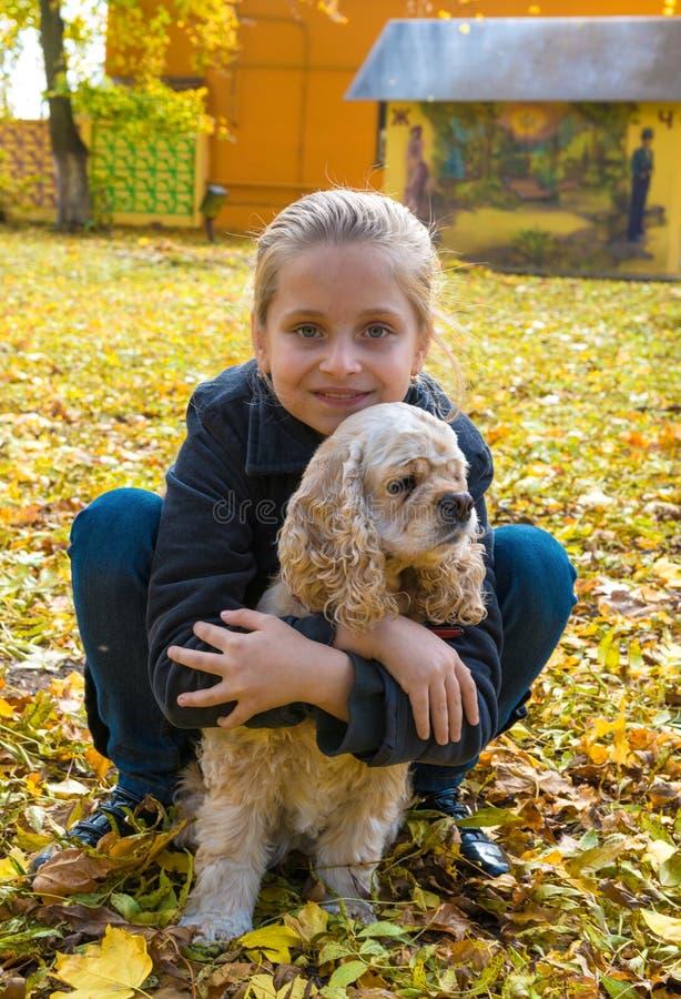 Nätt flicka och hennes hund royaltyfria foton