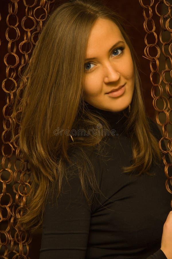 Nätt flicka på en mörk bakgrund fotografering för bildbyråer