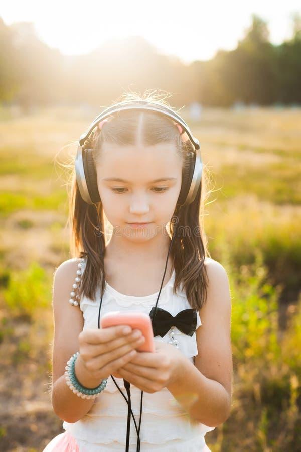 Nätt flicka som använder mobiltelefonen royaltyfria bilder