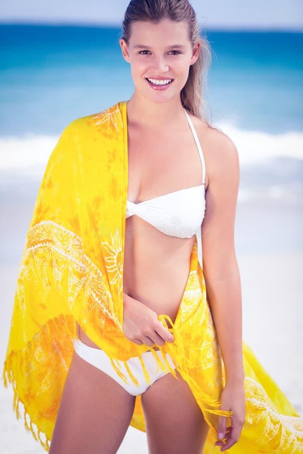 Nätt flicka som bär en sarong på stranden royaltyfri fotografi