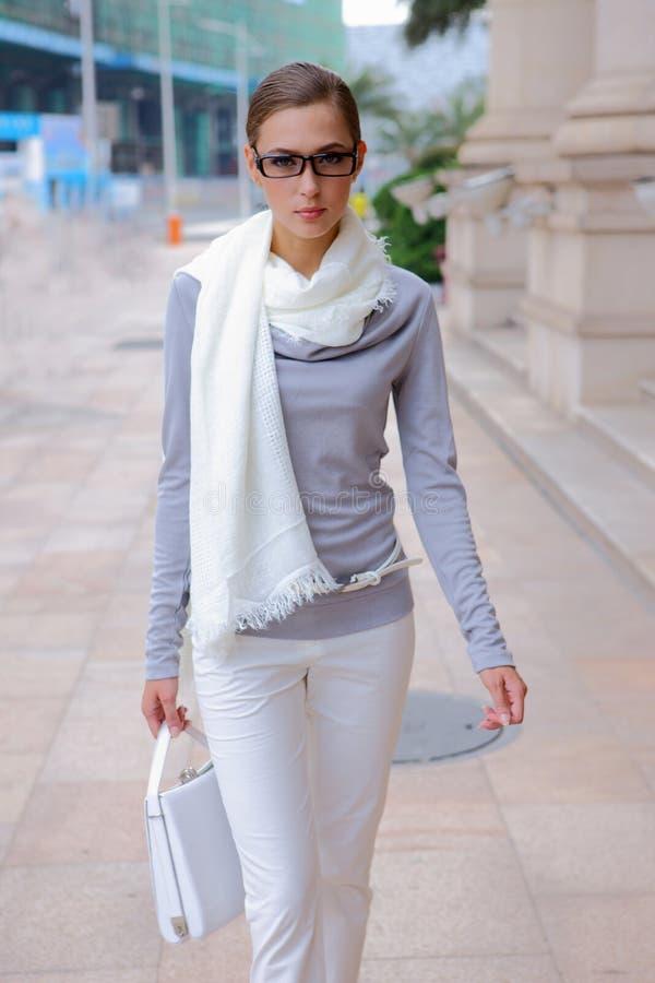 Nätt flicka som går på gatan royaltyfria bilder
