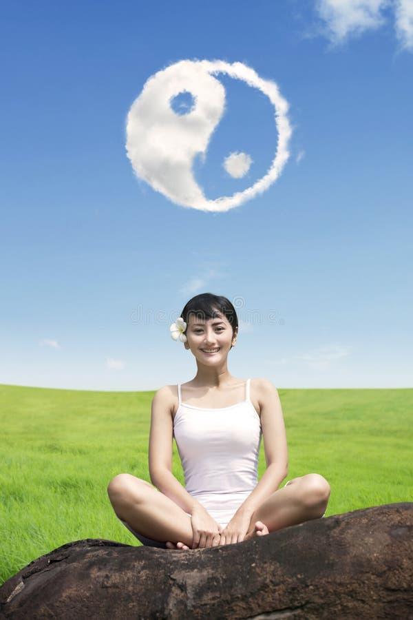 Nätt flicka som gör yogagenomkörare arkivfoto