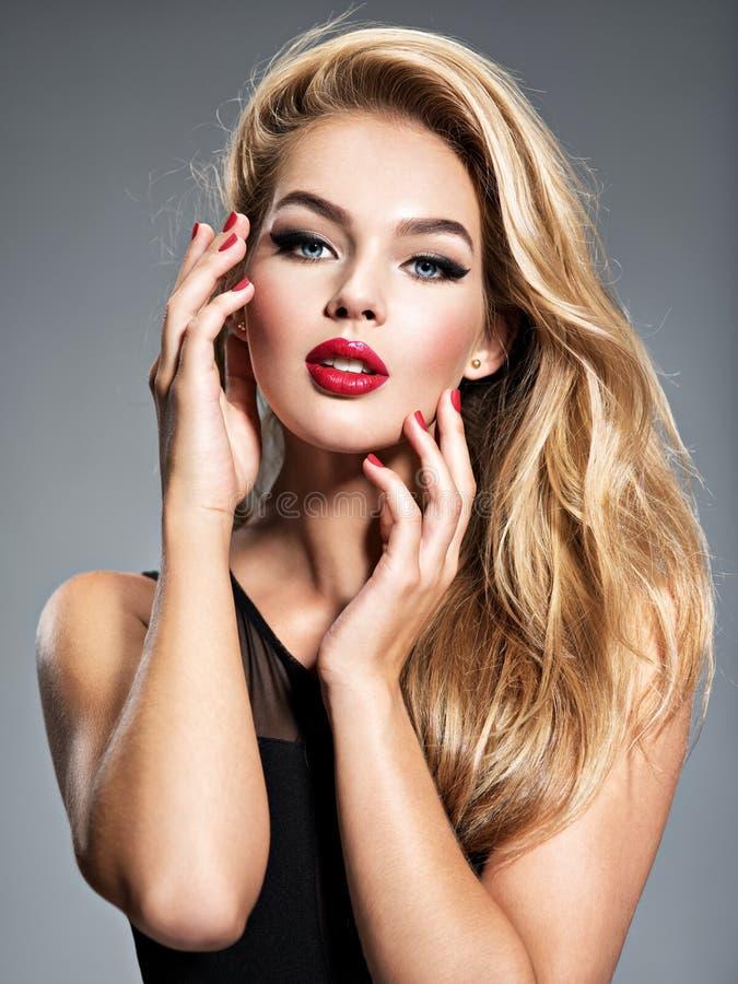 Nätt flicka som poserar på studion med långt vitt rakt hår fotografering för bildbyråer