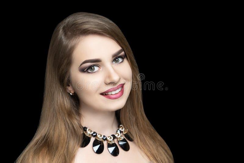 Nätt flicka som poserar på studiosmyckenhalsbandet royaltyfria bilder