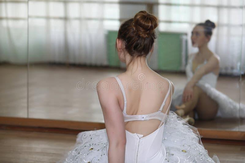 Nätt flickabalettdansörövning arkivfoton