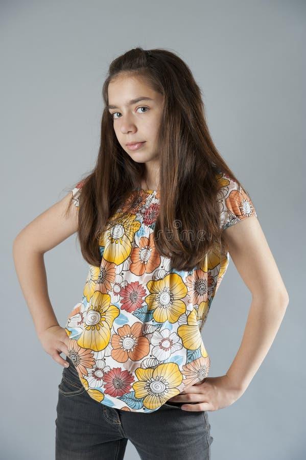 Nätt flickabrunett med långt hår royaltyfri bild