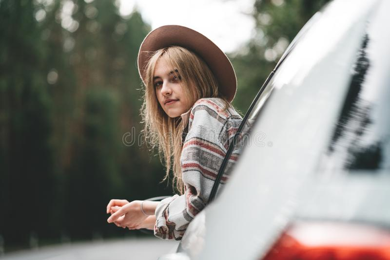 Nätt flickahipster som tycker om landsvägen Innehåll lutning- och urklippmaskeringen royaltyfri fotografi