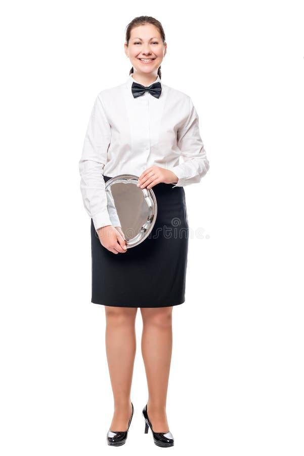 Nätt flickaservitris med ett magasin i händer på en vit royaltyfri foto
