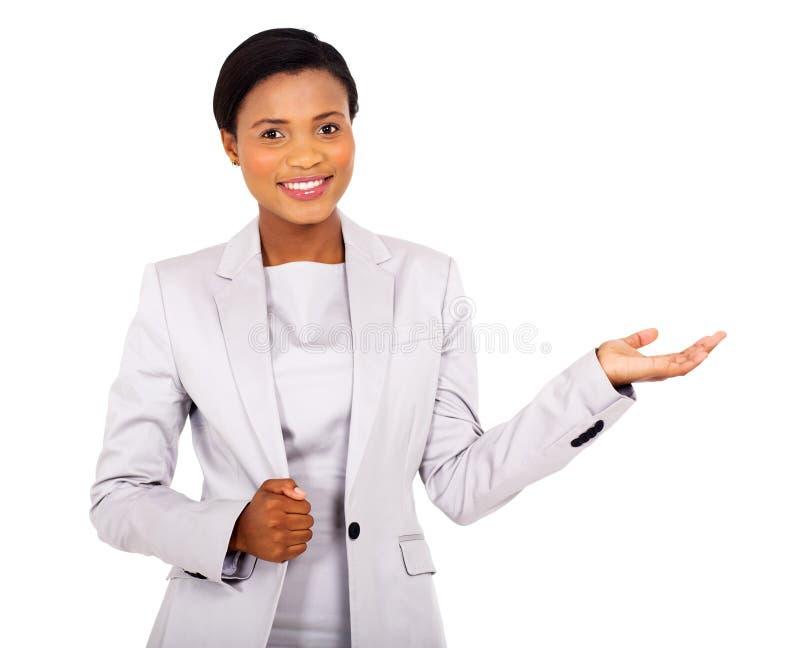 Nätt framlägga för affärskvinna arkivfoton