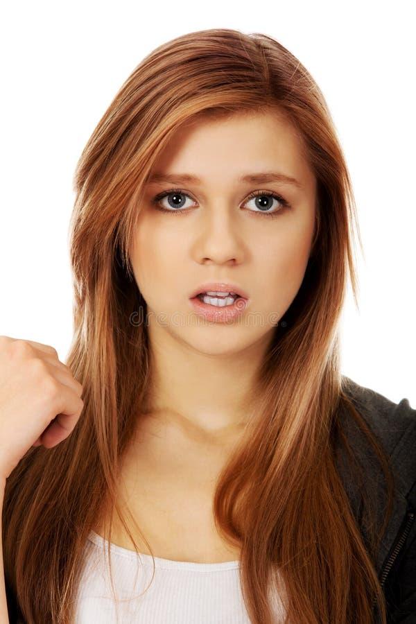 Nätt frustrerad tonårs- kvinna med den öppna munnen arkivbild