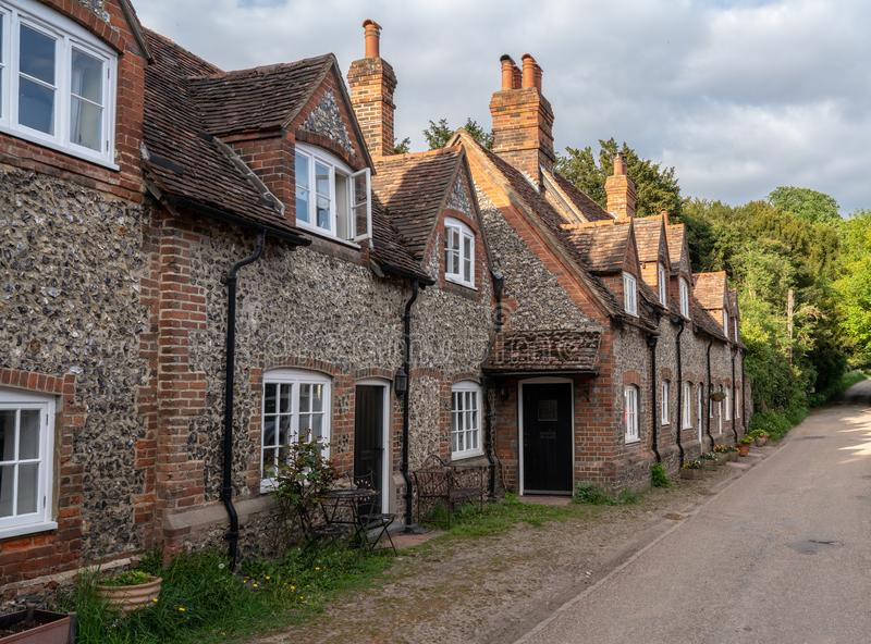 Nätt gata av tegelstenhus i by av Hambleden arkivfoto