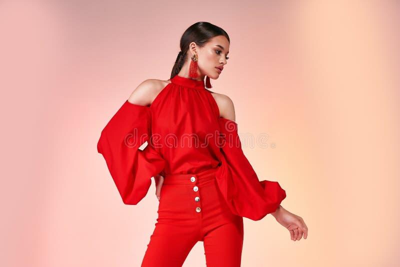 Nätt härlig sexig glamour för modell för eleganskvinnamode poserar w royaltyfri fotografi