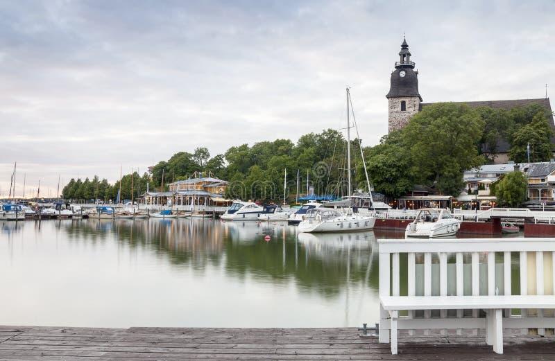 Nätt hamn och historisk kyrka i Naantali, Finland royaltyfri foto