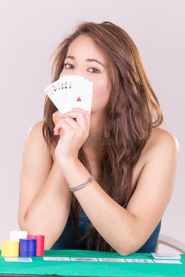 Nätt innehav för ung kvinna som spelar kort royaltyfri fotografi