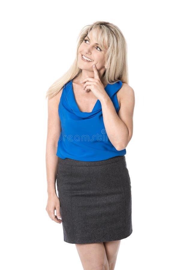 Nätt isolerad affärskvinna som ler och ser den tillfredsställda sidan royaltyfri fotografi