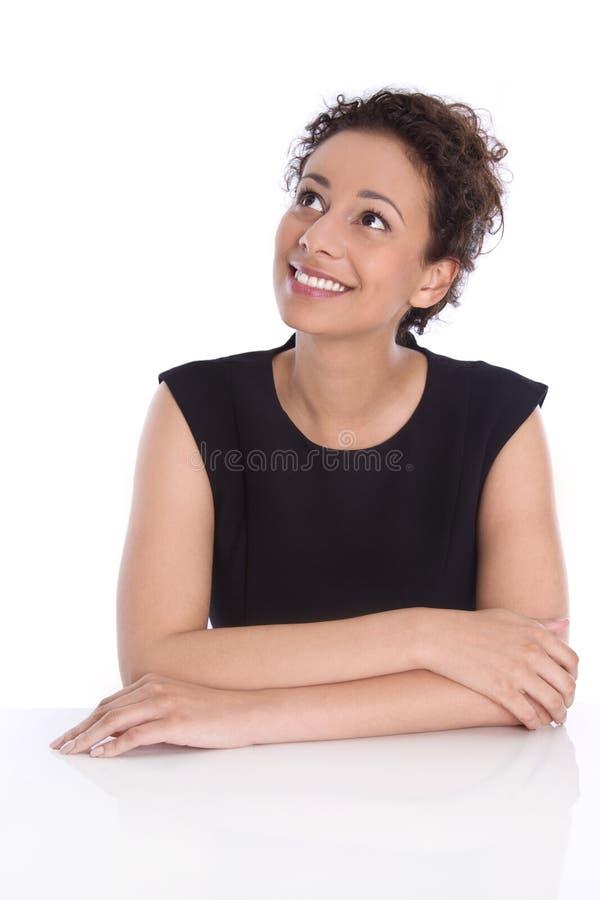 Nätt isolerad ung affärskvinna som från sidan upp till ser text arkivfoton
