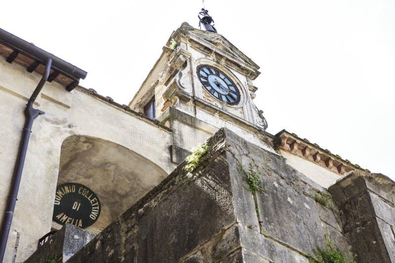 Nätt italiensk by I fyrkantställningarna den gamla klockan arkivbilder