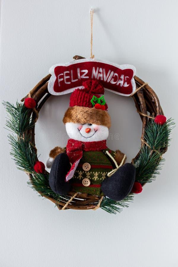 Nätt julkrans med en snögubbe arkivfoton