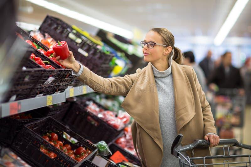 Nätt köpandelivsmedel för ung kvinna i en supermarket/en galleria arkivbild