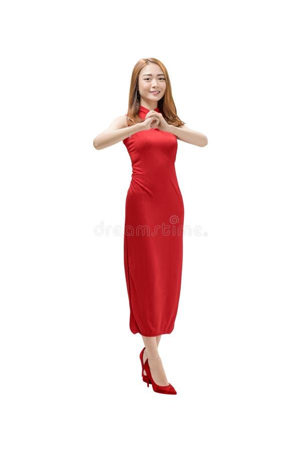 Nätt kinesisk kvinna i traditionell klänning med lyckönskange arkivfoto