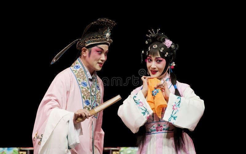 Nätt kinesisk traditionell operaaktris med den sceniska dräkten arkivbild