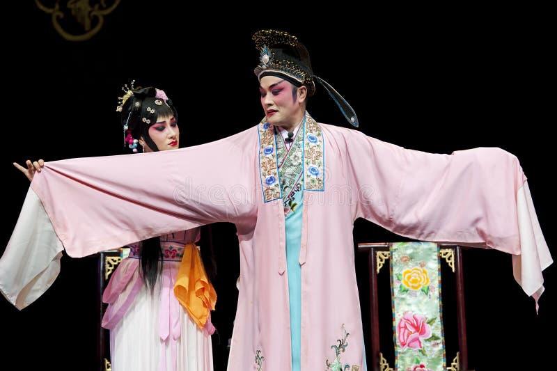Nätt kinesisk traditionell operaaktris med den sceniska dräkten royaltyfria bilder