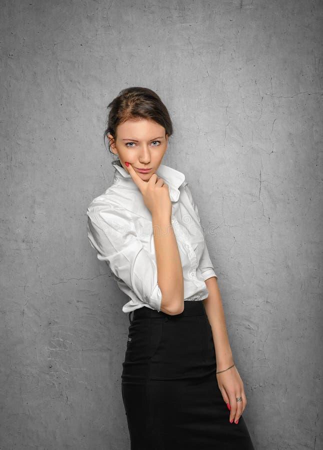 Nätt kläder för ung kvinna i regeringsställning fotografering för bildbyråer