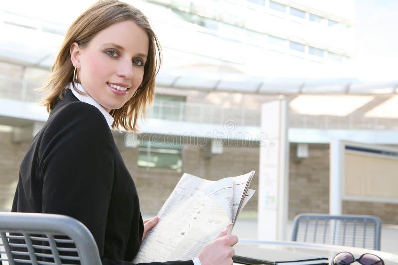 nätt kvinna för affärskontor arkivfoto