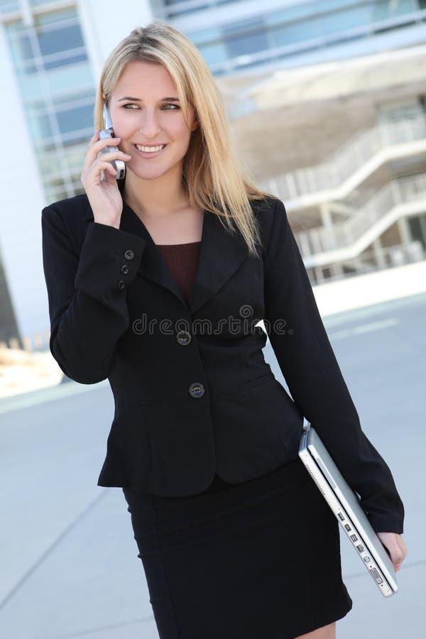 nätt kvinna för affärstelefon royaltyfria foton