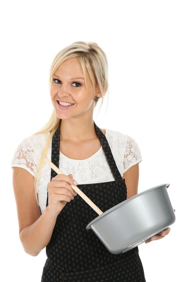 nätt kvinna för blond matlagning royaltyfria foton