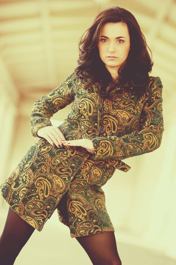 nätt kvinna för brunett arkivbild