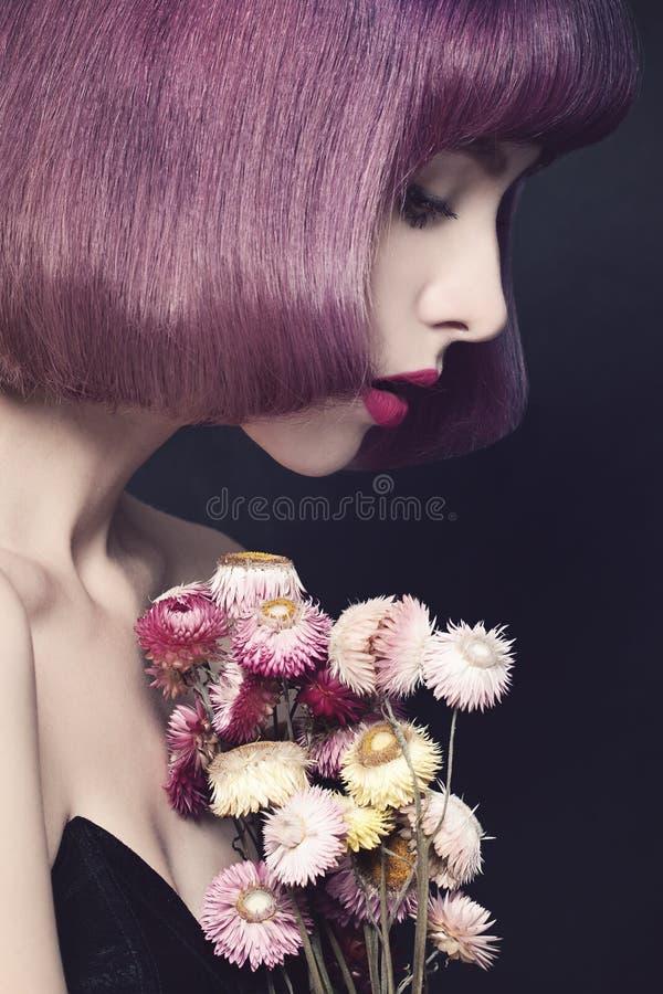 nätt kvinna för modefrisyr Purpurfärgat färgläggninghår royaltyfria bilder