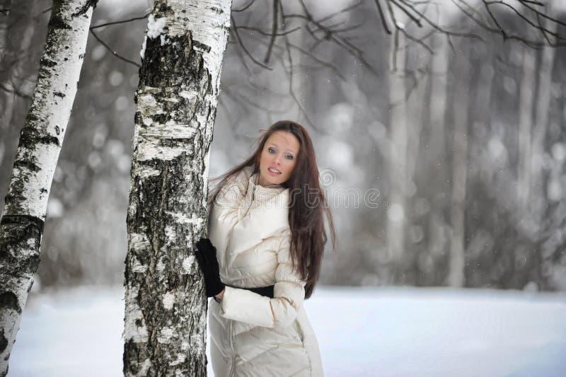 nätt kvinna för park royaltyfri fotografi
