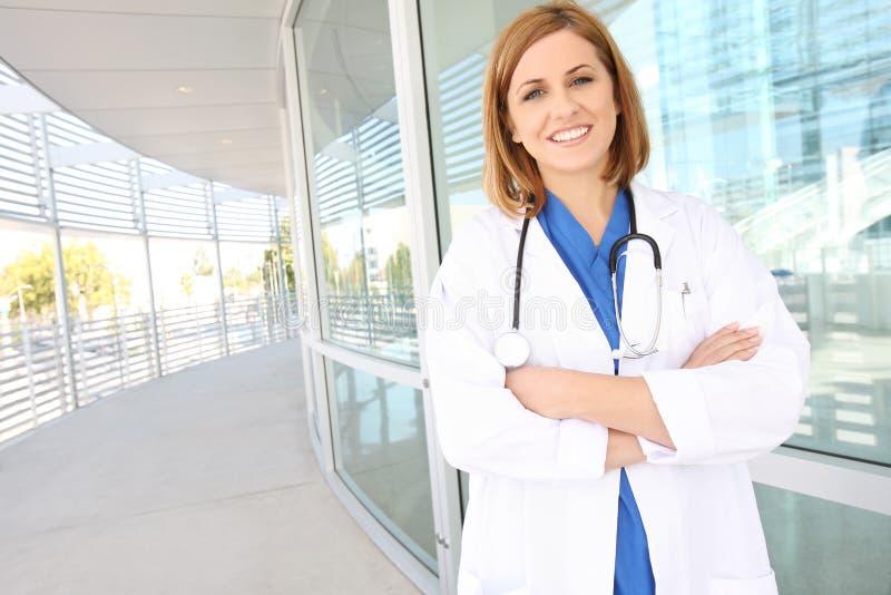 nätt kvinna för sjukhussjuksköterska arkivbild