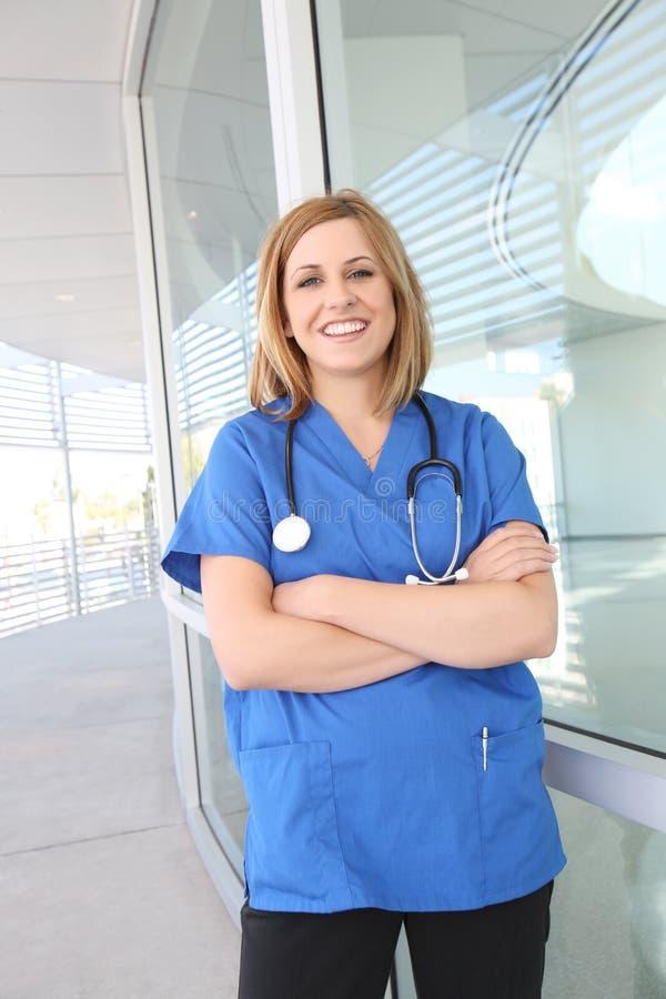 nätt kvinna för sjukhussjuksköterska royaltyfri fotografi