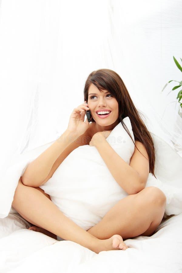 nätt kvinna för telefon royaltyfria bilder