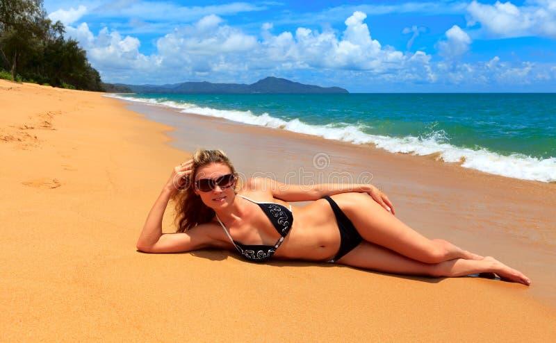 Nätt kvinna i bikini och exponeringsglas arkivbild