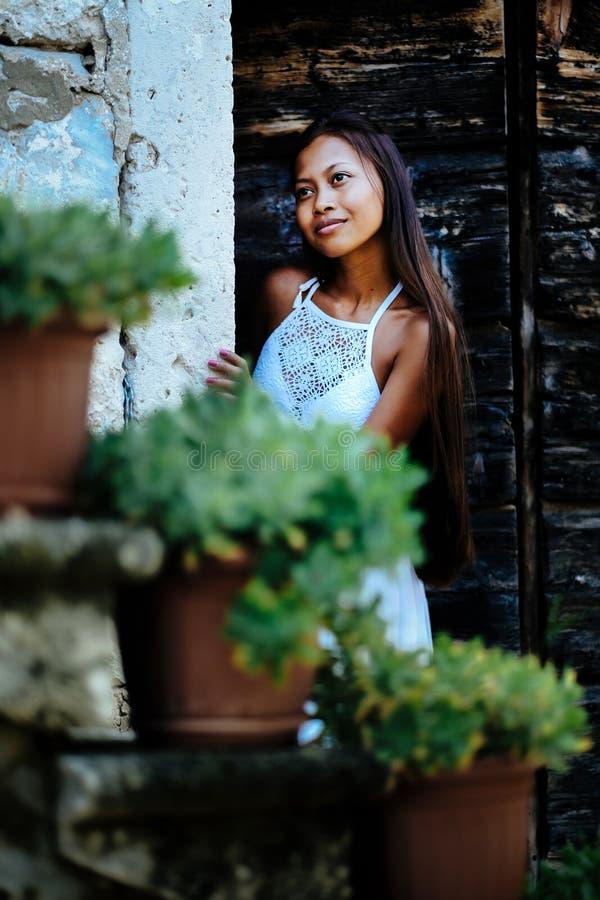 Nätt kvinna i etnisk medelhavs- traditionell dräkt royaltyfria bilder