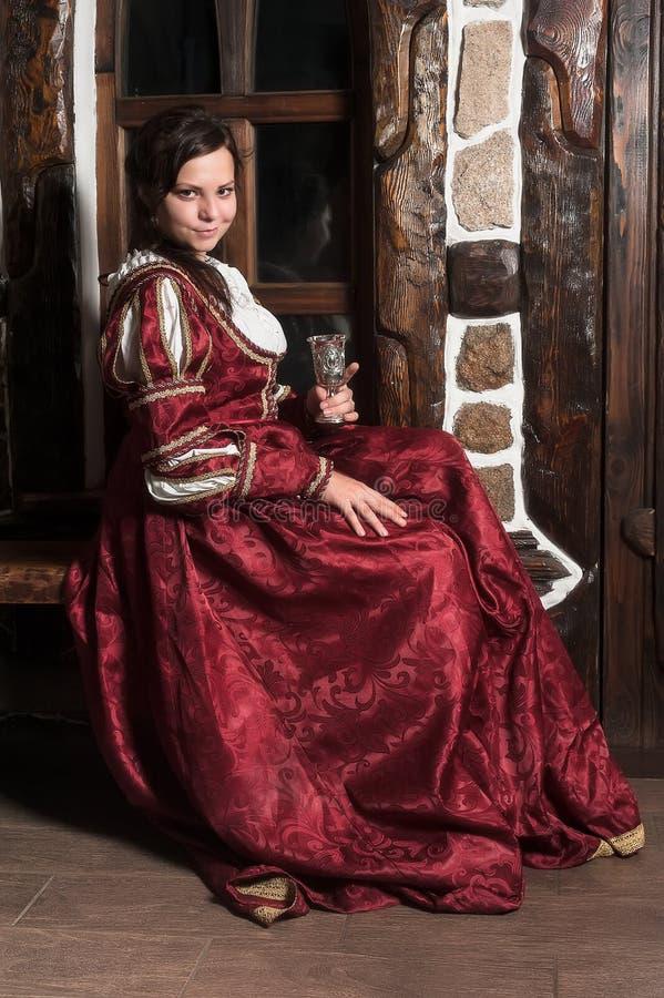 Nätt kvinna i röd klänning av retro barock stil arkivbild