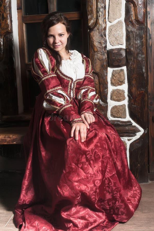 Nätt kvinna i röd klänning i retro barock stil royaltyfria foton