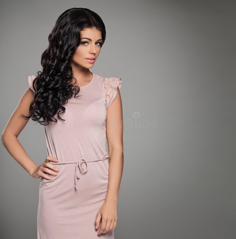 Nätt kvinna i rosa sommarklänning på bakgrund fotografering för bildbyråer
