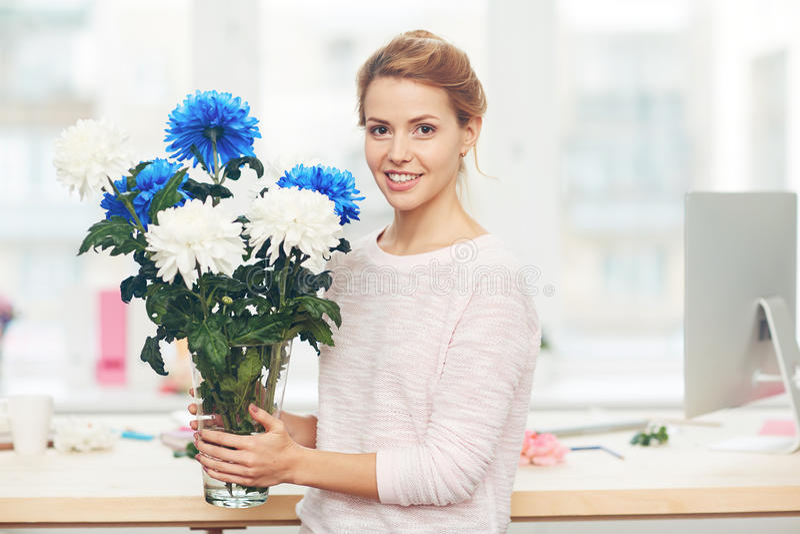 Nätt kvinna med blommabuketten royaltyfria bilder