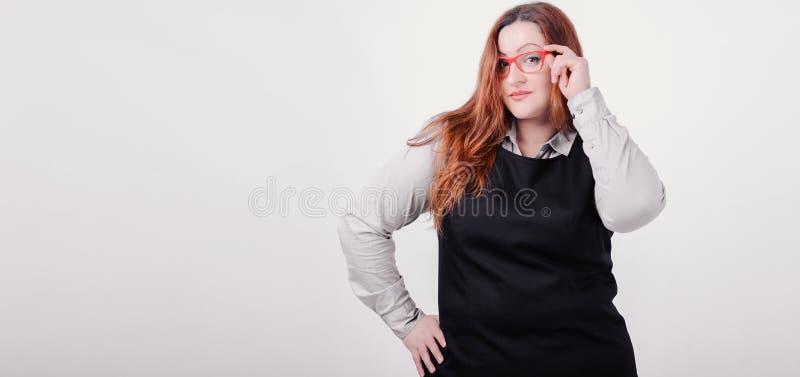 Nätt kvinna med diagramet format plus att posera på kameran arkivfoto