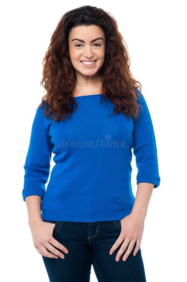 Nätt kvinna med långt lockigt hår i tillfälligt royaltyfri fotografi