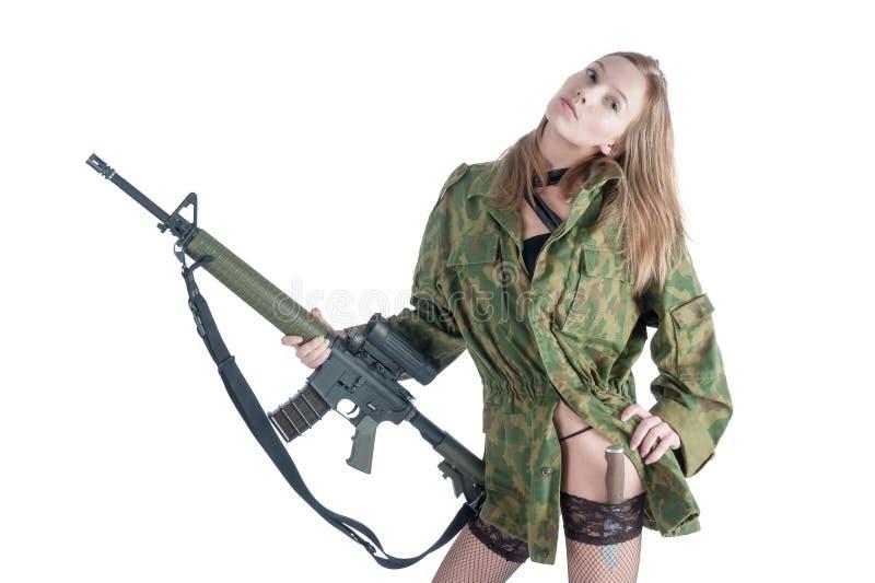 Nätt kvinna med vapnet och kniven över vit arkivbild