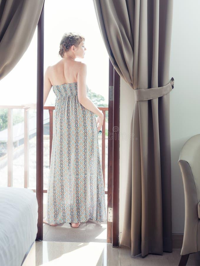 Nätt kvinna på en balkong royaltyfri fotografi