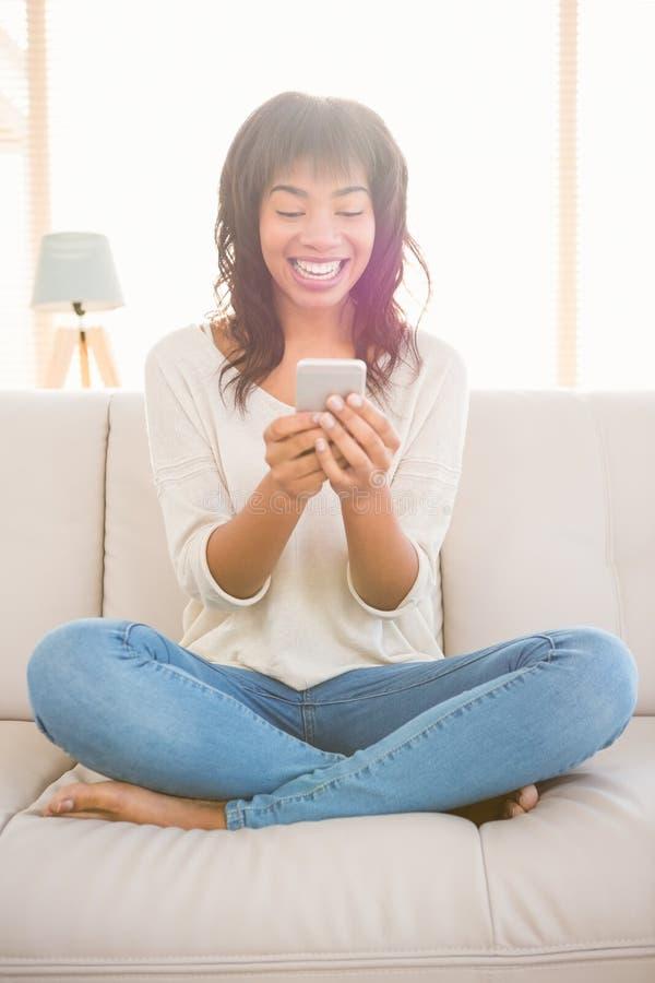 Nätt kvinna som använder hennes telefon arkivfoto