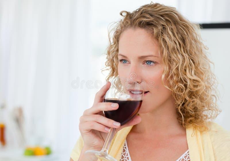 Nätt kvinna som dricker någon wine 免版税库存图片