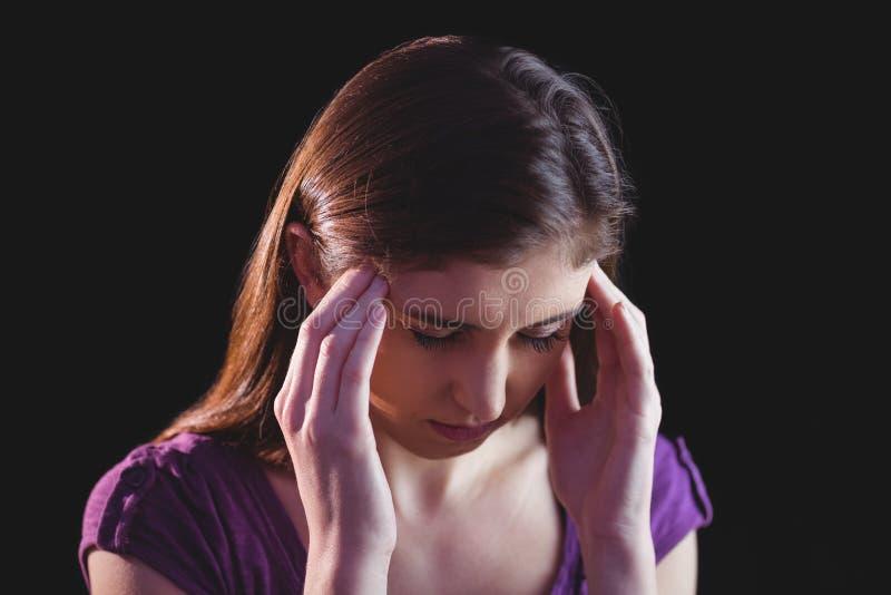 Nätt kvinna som får en huvudvärk royaltyfri fotografi