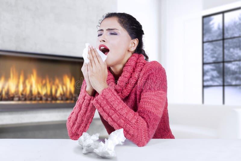Nätt kvinna som får influensa arkivbild